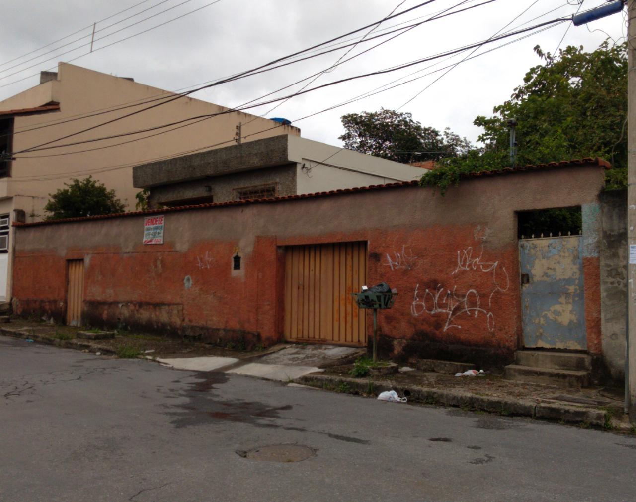 CASA – Excelente localização, próximo aos principais comércios do Bairro Amazonas e a poucos metros da Rua Tiradentes
